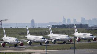 Des avions sur le tarmac de l'aéroport de Roissy, au nord de Paris, le 24 mars 2020. (THOMAS SAMSON / AFP)