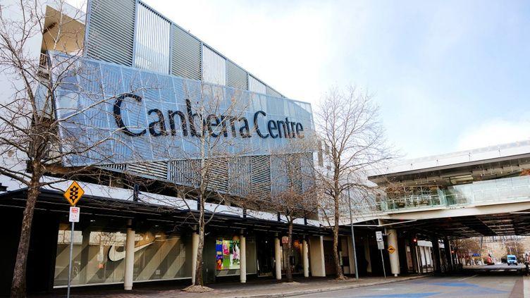 Un centre commercial fermé en raison du confinement à Canberra (Australie), le 3 août 2021. (JAMILA TODERAS / AFP)