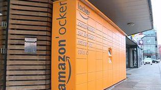 """Isabelle Colin se bat pour que des casiers de retrait de colis Amazon installés en face de sa librairie soient en règle avec la législation concernant l'aménagement de zone """"monument historique"""". (FRANCE 3)"""