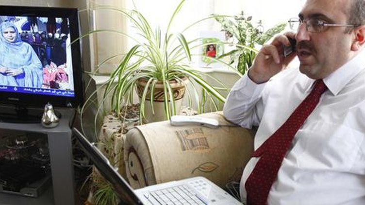 Le directeur de l'Observatoire syrien des droits de l'Homme, Rami Abdulrahman, parlant au téléphone dans sa maison à Coventry (centre de l'Angleterre), le 6 décembre 2011. (REUTERS - Mohammed Abbas)