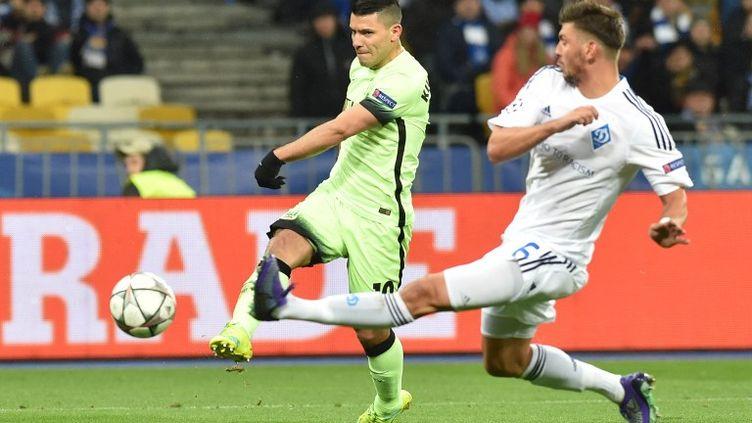 L'Argentin de Manchester City, Aguero, prend le meilleur sur le défenseur du Dynamo (GENYA SAVILOV / AFP)