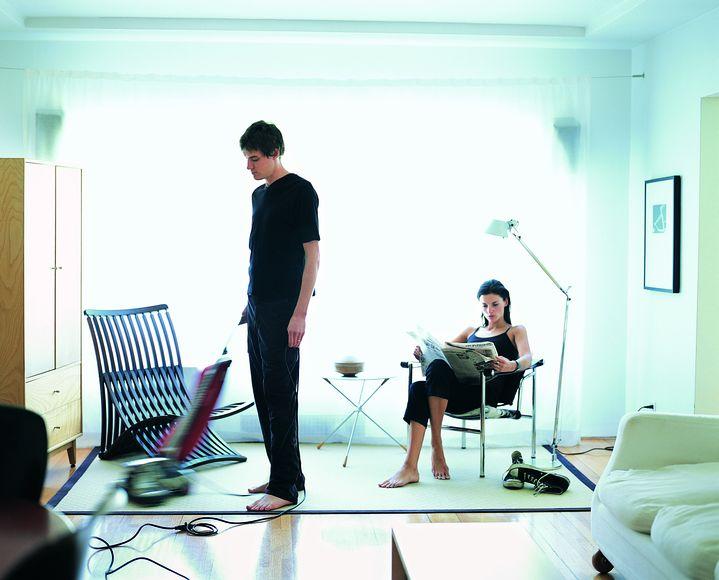 Un homme passe en moyenne deux fois moins de temps par jour à faire le ménage qu'une femme. (DIGITAL VISION / GETTY IMAGES)