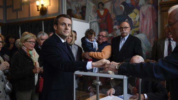 Le candidat d'En Marche !, Emmanuel Macron, vote au Touquet (Pas-de-Calais), le 23 avril 2017. (ERIC FEFERBERG / AFP)