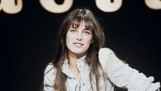 """La chanteuse et comédienne Jane Birkin dans l'émission télé """"Actuel 2"""" le 12 novembre 1973 (AIME DARTUS / INA)"""