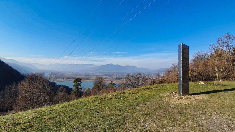 Le monolithe retrouvédans la région de Neamt, en Roumanie. La photo, prise en novembre, a été diffusée le 1er décembre 2020 par un site d'informations locales. (WWW.ZIARPIATRANEAMT.RO / AFP)