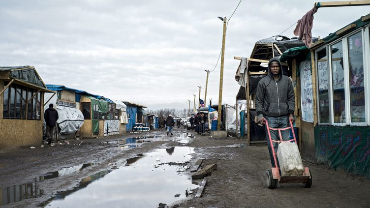 """Un migrant dans la """"jungle"""" de Calais, le 23 février 2016. (MAXPPP)"""