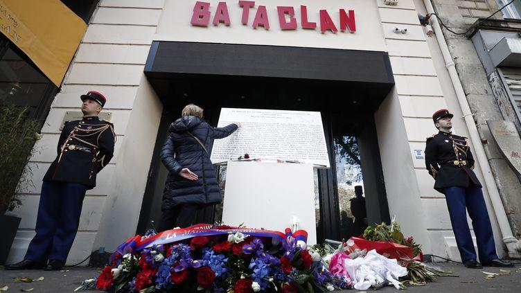Lors des commémorations du 13-Novembre ce mardi, devant le Bataclan à Paris. (BENOIT TESSIER / MAXPPP)
