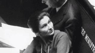 C'est en 1974 que Simone Veil est devenue une figure de la vie politique française. Le président Valéry Giscard d'Estaing lui avait confié la tâche de défendre une loi historique : la légalisation de l'avortement. (FRANCE 3)
