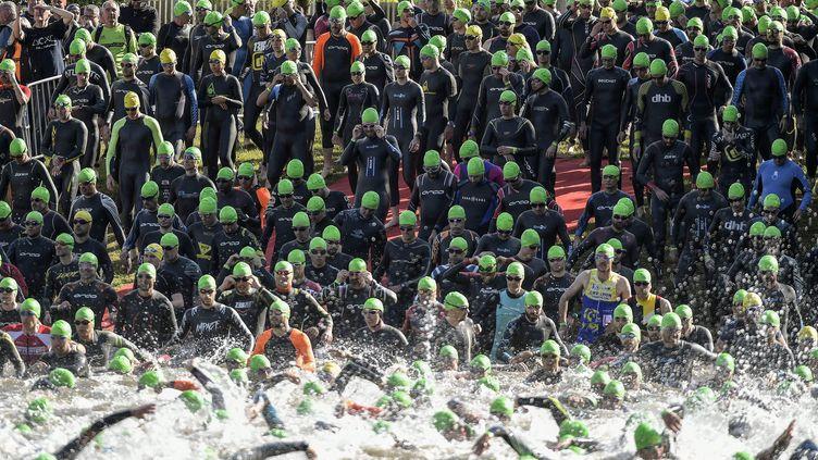 Le départ de l'épreuve moyenne distance du triathlon du lac des Sapins, à Cublize, dans le Rhône, en juin 2019. (MAXIME JEGAT / MAXPPP)