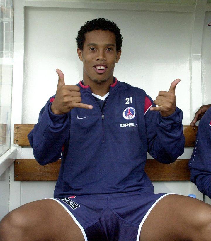 Ronaldinho, sur le banc de touche parisien en août 2001