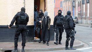 Les membres du GIPN ont arrêté à Roubaix (Nord), et dans plusieurs villes de France, de présumés islamistes radicaux, le 4 avril 2012. (DENIS CHARLET / AFP)