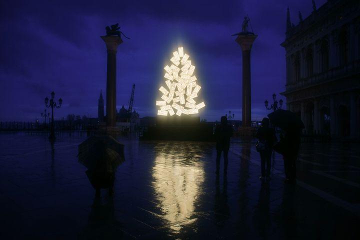 Sur la place Saint-Marc à Venise,le sapin de l'artiste italien Fabrizio Plessi, le 4 décembre 2020. (ANDREA PATTARO / AFP)