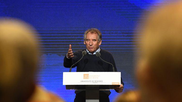 Le président du MoDem, François Bayrou, lors d'un discours à Guidel (Morbihan), le 29 septembre 2017. (DAMIEN MEYER / AFP)