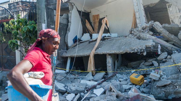 Une maison détruite par le séisme à Les Cayes en Haïti, le 15 août 2021. (REGINALD LOUISSAINT JR / AFP)