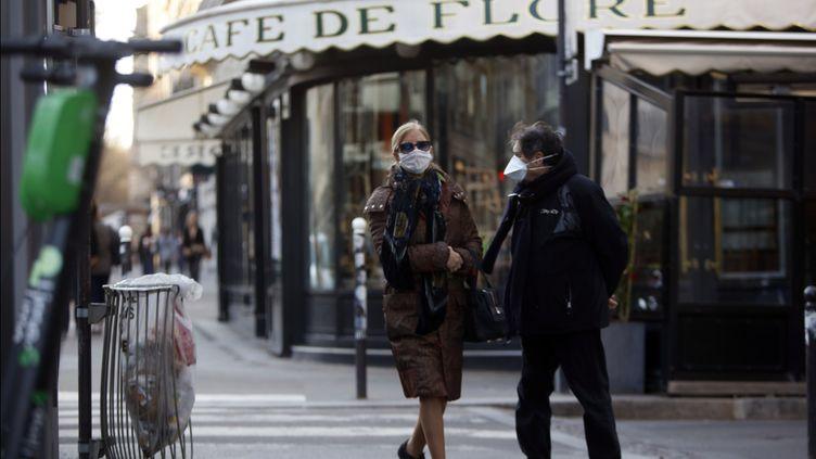 Deux personnes près du café de Flore dans le 6e arrondissement de Paris, le 15 mars 2020. (Mehdi Taamallah / NurPhoto / AFP)