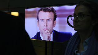 Emmanuel Macron lors du débat télévisé d'entre-deux-tours. (ERIC FEFERBERG / POOL)