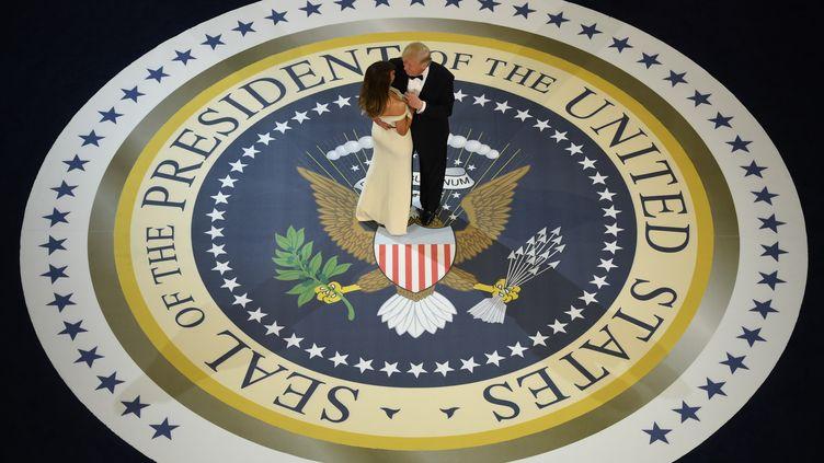 JANVIER.Donald Trump, et sa femme, Melania Trump, ouvrent le bal des forces armées le jour de son intronisation comme président des Etats-Unis, le 20 janvier 2017 à Washington (Etats-Unis). (JIM WATSON / AFP)