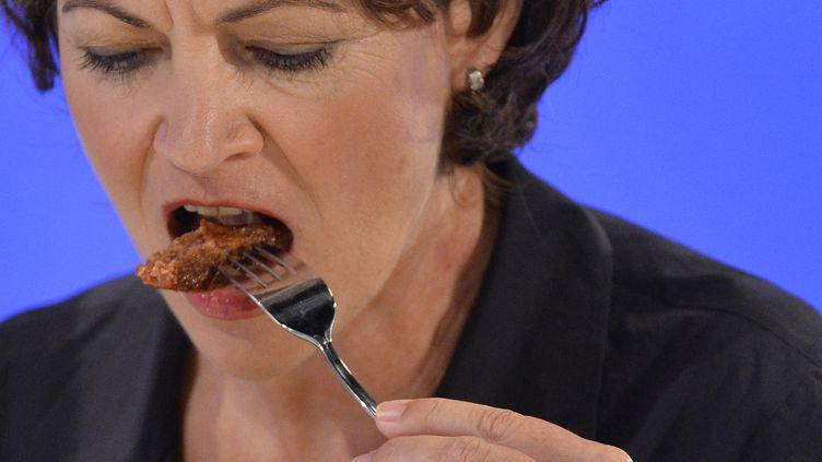 """Hanni Rutzler, uneAutrichienne """"chercheuse en tendances culinaires"""", goûte le steack in vitro, lundi 5 août 2013, à Londres. (TOBY MELVILLE / REUTERS)"""