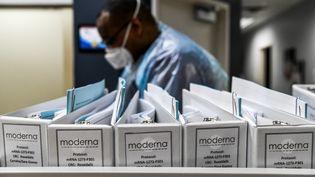 Des fichiers du protocole de la société de biotechnologie Moderna pour les vaccinations contre le Covid-19 sont conservés en Floride, le 13 août 2020 (photo d'illustration). (CHANDAN KHANNA / AFP)
