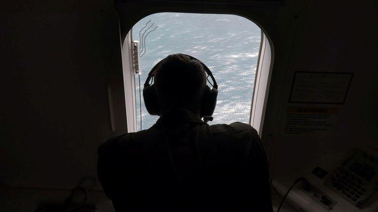Unmembre de la marine américaine survole une zone de l'océan Atlantique, à la recherche du sous-marin argentin disparu San Juan, le 22 novembre 2017. (STRINGER / REUTERS)