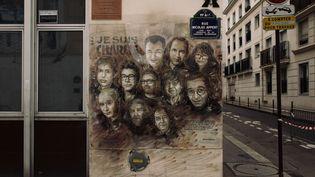 """Un dessin rendant hommage aux victimes de """"Charlie Hebdo"""", le 7 janvier 2020, dans la rue où ont eu lieu les attaques. (PHILIPPE LABROSSE / HANS LUCAS / AFP)"""