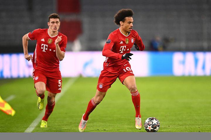 Habitué à porter les mêmes couleurs que Leroy Sané (droite) au Bayern Munich, Benjamin Pavard (gauche) risque de l'affronter dans son couloir le 15 juin 2021. (LENNART PREISS / AUGENKLICK/LENNART PEI?/WITTERS)