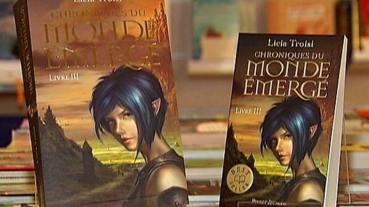 A gauche un livre grand format, à droite un livre de poche  (France3 / Culturebox)