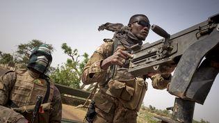 Des soldats de l'armée malienne en patrouille entre Mopti et Djenne, dans le centre du Mali, le 28 février 2020. (MICHELE CATTANI / AFP)