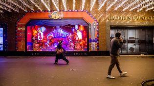 Les grands magasins sont fermés durant le couvre-feu à Paris, le 16 décembre 2020. (ARTHUR NICHOLAS ORCHARD / HANS LUCAS / AFP)