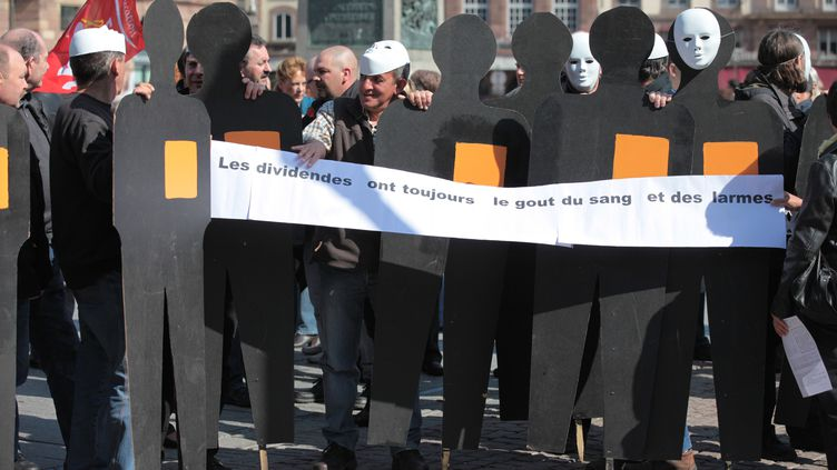 Des salariés de France Télécom manifestent le 22 mars 2012 à Strasbourg (Bas-Rhin) après le suicide d'un collègue, le 8 mars. (CITIZENSIDE / ARNAUD HEMBERT)