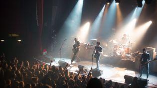 Le groupe Eagles of Death Metal joue sur la scène du Bataclan, le 13 novembre 2015 à Paris. (MARION RUSZNIEWSKI / ROCK & FOLK / AFP)