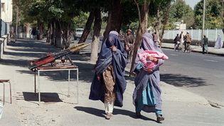 Des femmes portant le tchadri marchent dans les rues de Kaboul, au lendemain de la prise de la capitale afghane par les talibans, le 28 septembre 1996. (SAEED KHAN / AFP)