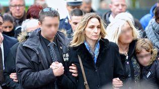 Ingrid Brinsolaro, épouse du policier chargé de protéger Charb, lors des obsèques de son mari, le 15 janvier 2015 à Bernay (Eure). (MAXPPP)