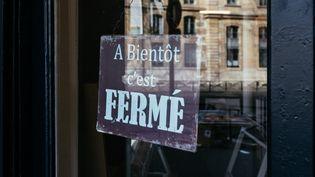 Unécriteau sur la porte d'un magasin, à Paris, le 18 mars 2020. (MATHIEU MENARD / HANS LUCAS / AFP)