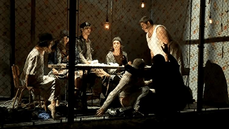 """Les 6 comédiens du """"Dernier Contingent"""" de Jacques Allaire en cage sur la scène du Théâtre Scènes des 3 Ponts à Castelnaudary(Aude)  (Culturebox)"""