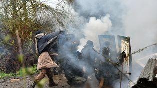 Des zadistes tentent de résister lord de l'opération d'expulsion des forces de l'ordre à Notre-Dame-des-Landes (Loire-Atlantique), le 10 avril. (LOIC VENANCE / AFP)