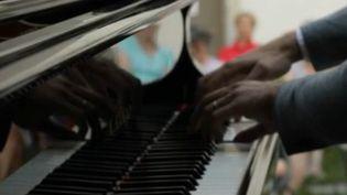 Guilhem Fabre jouant au piano (France 2)