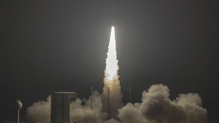 Le lanceur européen Vega lors d'un précédent décollage depuis Kourou, en Guyane française, le 8 novembre 2017. (ARIANESPACE / AFP)