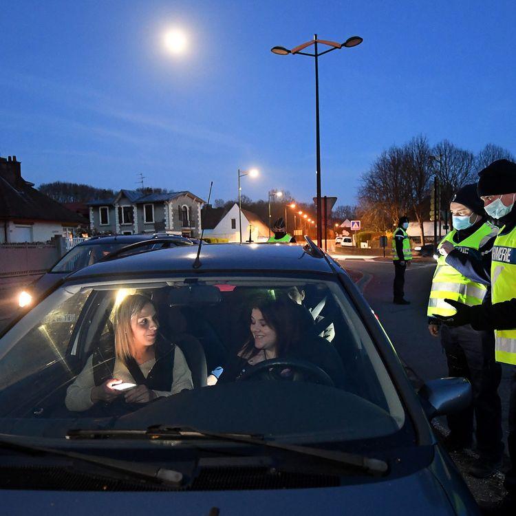 Des gendarmes contrôlent des automobilistes durant le couvre-feu, le 27 mars 2021, à Isques,dans le Pas-de-Calais. (MAXPPP)