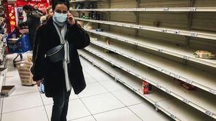 """""""(...)Les gens épargnent et, dès que l'on pourra ressortir, on pourra de nouveau consommer et relancer l'économie."""", affirme l'économiste Christian Grollier. (AFP)"""
