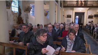 À Belloy-sur-Somme (Somme), l'abbé a décidé d'organiser un débat citoyen à l'intérieur de l'église de la commune. (FRANCE 2)
