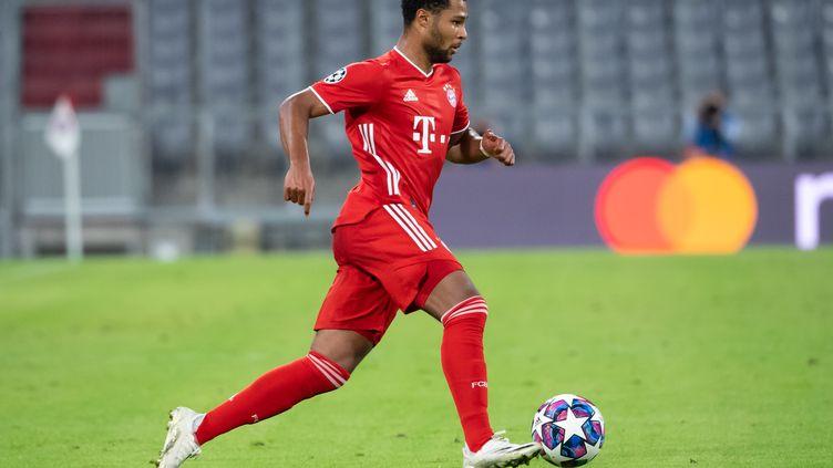 Serge Gnabry (Bayern Munich) court dans une Allianz Arena vide. (SVEN HOPPE / DPA)