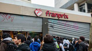 Des lycéens pillent un Franprix, le 25 mars 2016 à Paris. (MAXPPP)