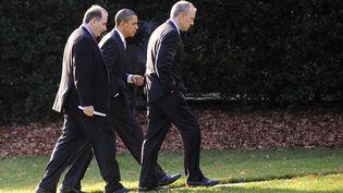 Le président américain, Barack Obama, accompagné du stratège de sa campagne, David Axelrod (à g.), alors conseiller spécial à la Maison Blanche, et de son directeur des affaires juridiques, Phil Schiliro (à dr.), le 6 décembre 2009 à Washington (Etats-Unis). (JONATHAN ERNST / REUTERS)