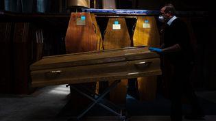 Un employé des pompes funèbres, le 7 avril 2020 à Paris. (ALEXIS SCIARD / MAXPPP)