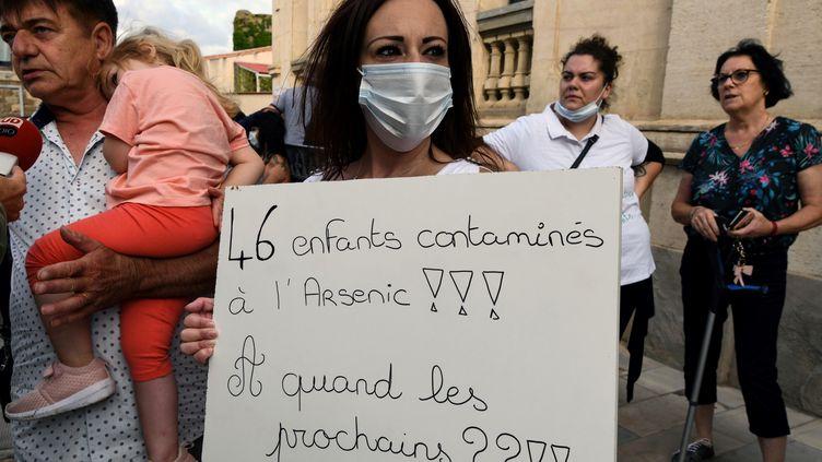 Une parent d'élève àConques-sur-Orbiel (Aude) manifeste le 2 septembre 2019 pour dénoncer la pollution liée à l'ancienne mine d'arsenic dans la vallée de l'Orbiel. (PASCAL PAVANI / AFP)