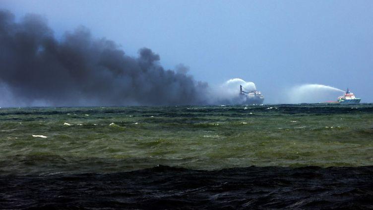 """L'incendie à bord du """"MV X-Press Pearl"""" en cours d'extinction au large de Colombo, au Sri Lanka, le 28 mai 2021. (PUSHPA KUMARA / ANADOLU AGENCY / AFP)"""