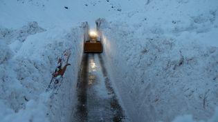 Le chasse-neige déblaie la route menant à Bonneval-sur-Arc (Savoie), le 9 janvier 2018. (ALAIN DUCLOS)