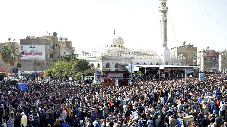 Une foule d'égyptiens assistent, dimanche 27 janvier 2013, aux obsèques des 31 personnes tuées la veille dans des émautes à Port-Said. ( AFP)