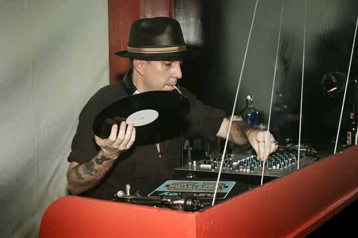 Le DJ Andrew Weatherall en 2004. (EVERYNIGHT IMAGES/REX/SIPA / SHUTTERSTOCK)
